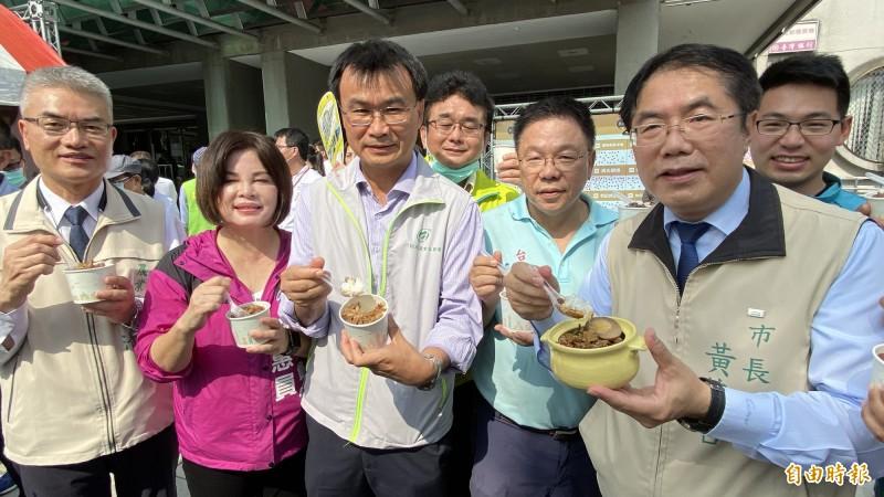 農委會主委陳吉仲(左三)、台南市長黃偉哲(右一)稱讚台南肉燥飯好吃。(記者楊金城攝)