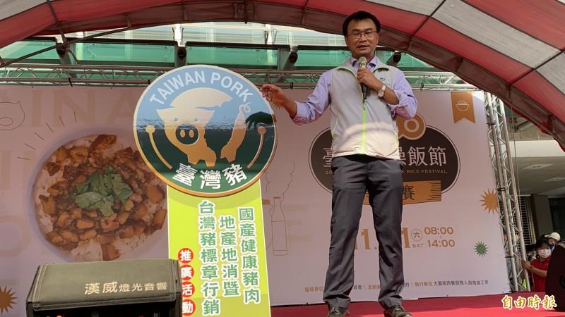 農委會主委陳吉仲說,台灣豬標章有防偽機制,消費者看到台灣豬標章,「百分之百放心」。(記者楊金城攝)