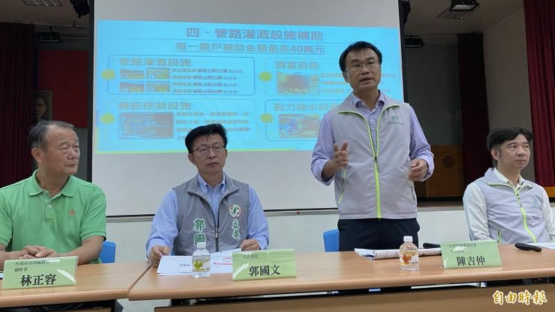 農委會主委陳吉仲(右二)今天下午在台南官田出席停灌補償措施座談會,親自說明補償標準規劃。(記者楊金城攝)