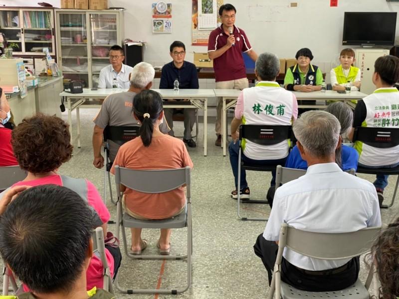 農委會主委陳吉仲(前中)呼籲回歸理性與專業討論萊豬進口。(記者林國賢翻攝)