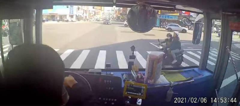 [新聞] 機車違規「高雄式左轉」險kiss公車 司機