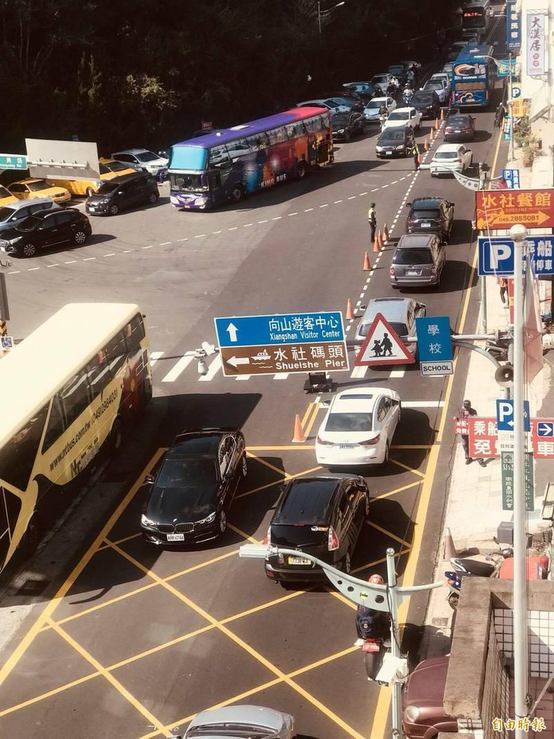 日月潭交通瓶頸點中興(左)、中山(右)路口,過去未做路口標線優化與停車場車輛分流,導致車潮容易回堵至省道台廿一線中山路(右)。(資料照)