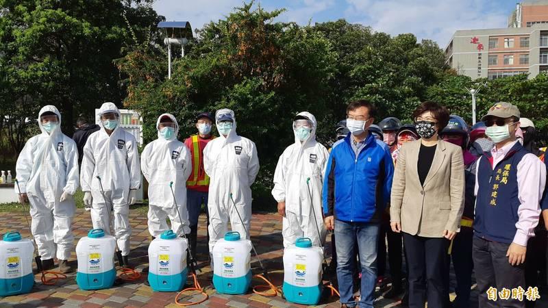 台東縣長饒慶鈴(右2)今天為防疫人員加油打氣。(記者黃明堂攝)