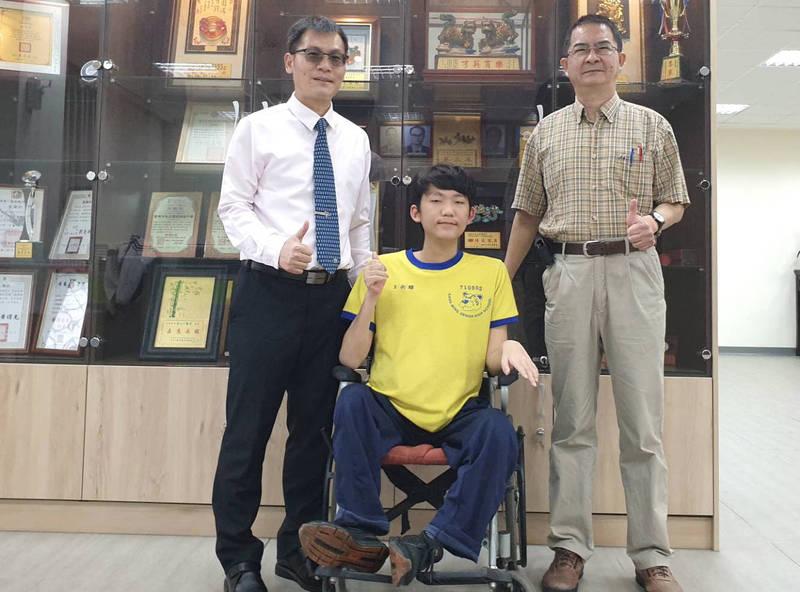 不被罕見疾病打敗的王銜醇(中),3年來每天坐輪椅認真聽課,港明高中校長劉春福(左)等師長稱讚他勤學態度值得學生效法。(記者楊金城翻攝)