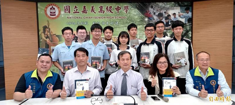 學測放榜,嘉義高中成績大放異彩,今天上午由校長劉永堂(前排左三)帶領師生舉行記者會。(記者丁偉杰攝)