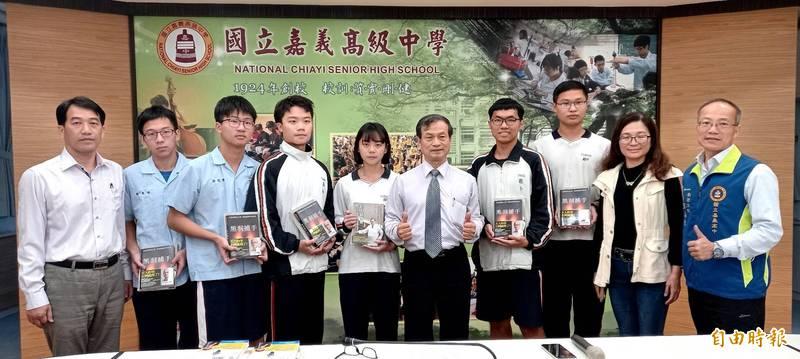 杞亮昀(左五)能文能武,參加國際生物科奧林匹亞選訓,更是跆拳道黑帶三段高手。(記者丁偉杰攝)