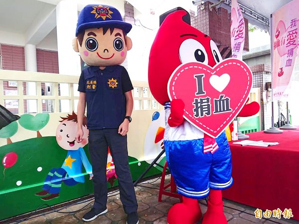 Staff from Hualien Blood Donation Station hold a blood donation activity at a kindergarten attached to Mingli Elementary School on Sunday. Photo: Wang Chin-yi, Taipei Times