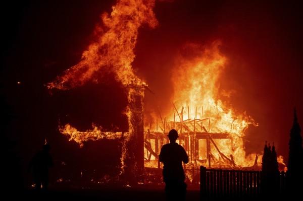 美國加州野火燒進2.6萬人居住的小鎮天堂(Paradise),目前燃燒總面積達到1.8萬英畝(約7284公頃,280個大安森林公園)。(美聯社)