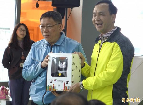 台北市長柯文哲感謝新北市全力協助世大運場,特別致贈新北市長朱立倫(右)世大運吉祥物熊讚娃娃。(記者王藝菘攝)