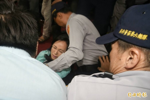 陳瑩被推倒。(記者方賓照攝)