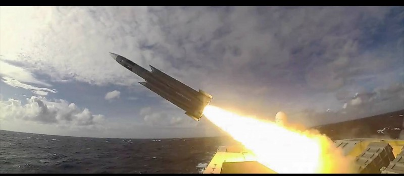 針對日前國軍公布雄三飛彈試射,「耗時1分11秒,命中47公里外靶艦」。圖為雄三飛彈從艦上發射畫面。(圖擷取自臉書_國防部)