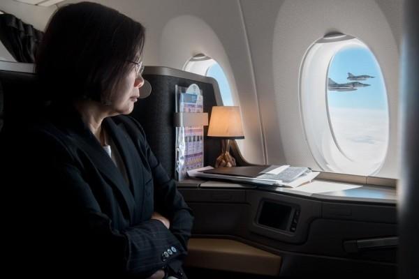 總統蔡英文在華航專機上,看著窗外伴飛的幻象2000戰機。(圖擷自蔡英文臉書)