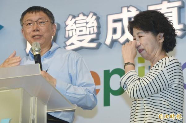 柯文哲(左)連任成功,妻子陳佩琪(右)感動向支持者道謝。(資料照,記者廖振輝攝)