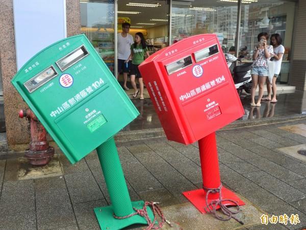 颱風蘇迪勒襲台,台北市龍江路郵筒遭掉下的招牌擊中變形,由於「歪腰」郵筒模樣太可愛,照片一上傳網路就爆紅。(記者王藝菘攝)