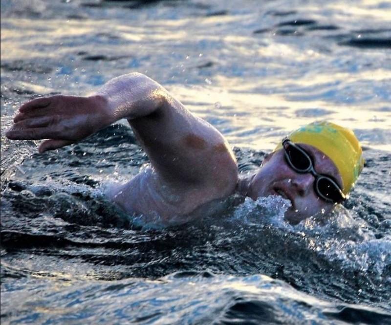 曾罹乳癌的莎拉.湯瑪斯(見圖)17日以54小時13分完成84英里(約135公里)的馬拉松長泳挑戰,創下人類史上第一次連續泳渡英吉利海峽4次的紀錄。(圖擷取自臉書)