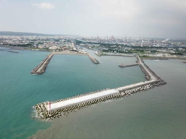 中芸漁港近年來也投入了3億經費,正在進行翻修改善工程,圖為中芸漁港。(記者洪定宏翻攝)
