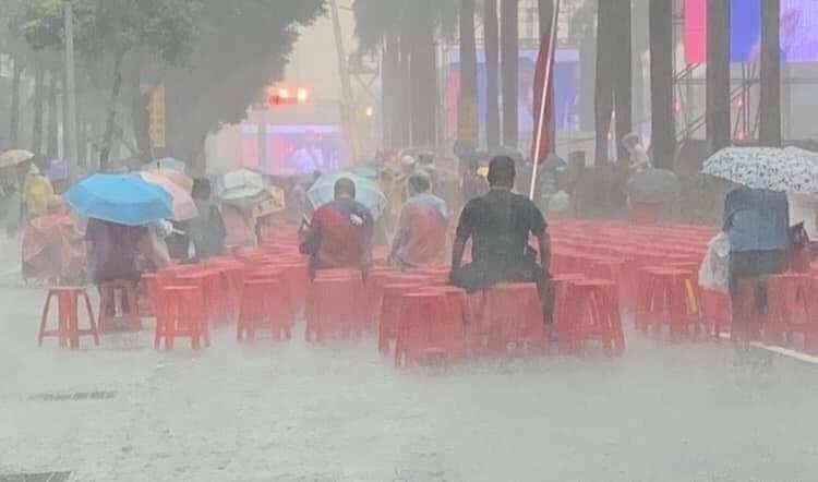 桃園市議員黃敬平貼出韓粉雨中正襟危坐照片,引發網友熱議。(圖擷取自黃敬平臉書)