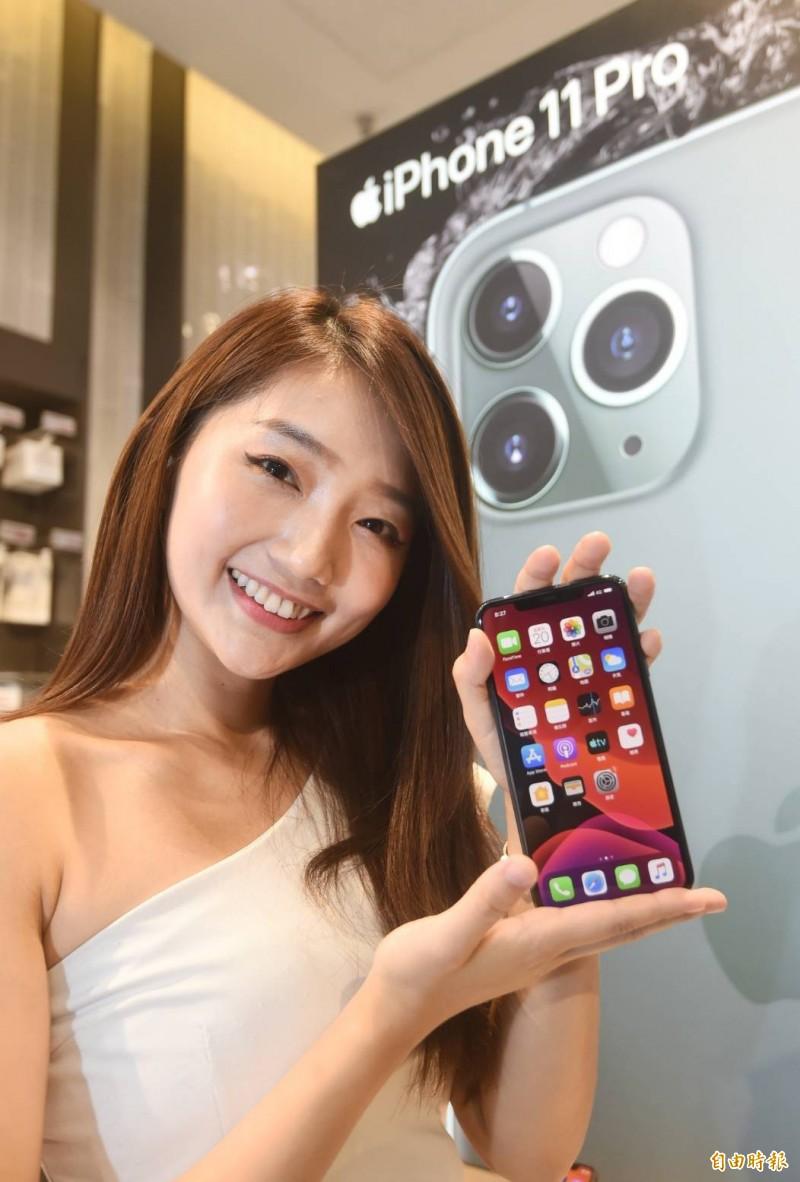 iPhone 11開賣,各家電信公司推出優惠吸引顧客。(記者方賓照攝)