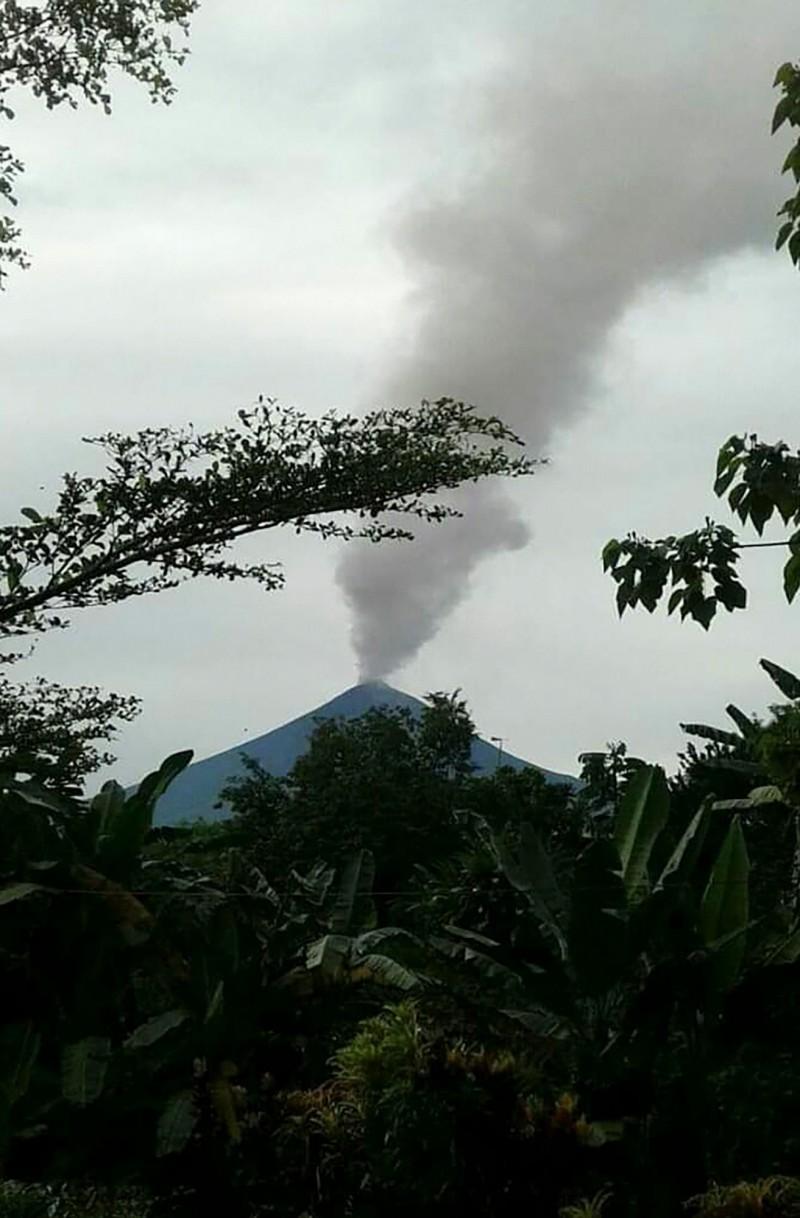 巴布亞紐幾內亞狀態不穩定的烏拉旺火山(Ulawun volcano),今(26)日開始向空中噴發火山灰和熔岩。(法新社)
