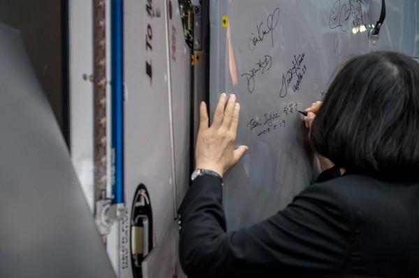 蔡英文總統今參訪美國航太總署(NASA),並簽名留念。(圖由總統府提供)