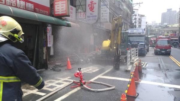 中和圓通路上,施工單位不慎挖破瓦斯管線,現場飄出濃濃瓦斯味。(圖擷自臉書「新北消防發爾麵」)