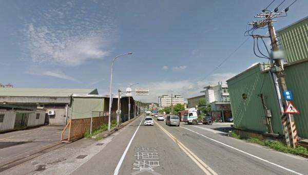 基隆七堵的堵南街今天上午發生硫酸桶掉落路面事故。(圖擷自Google地圖)