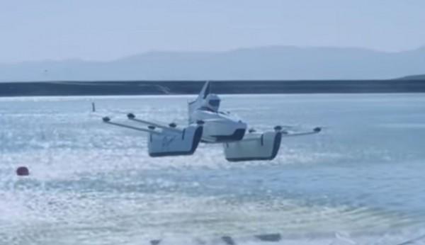 美國新創公司小鷹(Kitty Hawk)日前不僅成功試飛飛天車Flyer,現在更設立「駕訓班」,培訓學員駕駛飛天車的技術。(圖擷取自YouTube)