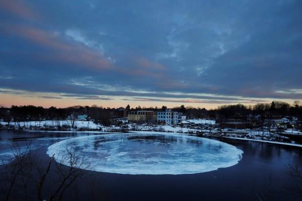 巨大冰盤直徑接近100公尺,面積是尋常冰盤的百倍以上。(路透)