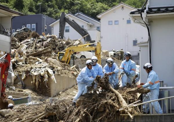 日本警方、自衛隊和消防等部門持續在災區進行搜救。(美聯社)
