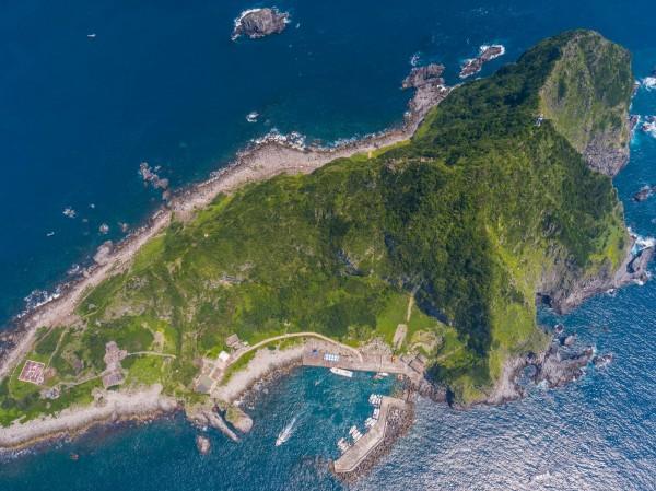 有「台灣龍珠」美譽的基隆嶼預計7月重啟觀光,基隆市政府新聞科長謝志煌以空拍機拍攝意外捕捉到基隆嶼外型呈「鯊魚哥」圖案。(謝志煌提供中央社)