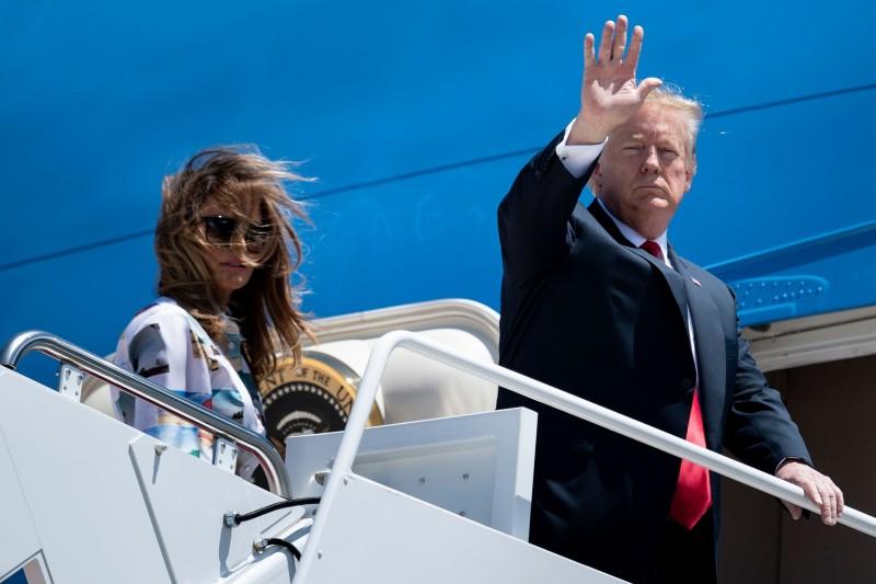 美國總統川普與第一夫人梅蘭妮亞啟程前往日本。(法新社)