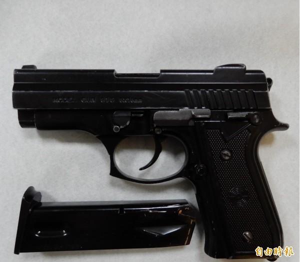 菲律賓1名50歲男子在上廁所時不小心觸碰到手槍扳機,傷到自己的陰莖外,還因為沒有手槍牌照,恐面臨相關罰責。圖僅為示意,非當事人使用槍枝。(資料照)