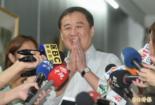 北市副市長陳景峻14日召開記者會,宣布請辭北農董事長。(記者張嘉明攝)