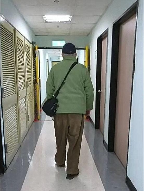88歲的王伯伯兩腳無力、走不動的狀況已3年,經中醫治療後恢復行走。(台北市聯合醫院提供)