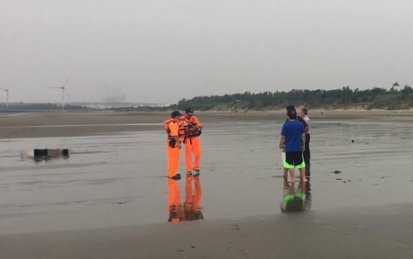 苗栗縣竹南鎮濱海遊憩區假日之森、親子之森之間沙灘,下午發現1具男性屍體。(記者彭健禮翻攝)