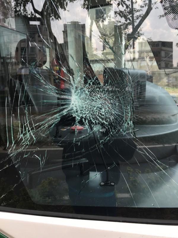 高雄輕軌軌道今日遭園藝工人違法穿越,列車撞到工人後玻璃碎裂,撞碎的單片玻璃就要價20萬,輕軌將向工人求償修車費。(記者王榮祥翻攝)