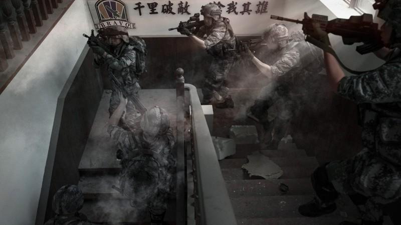照片經過後製處理,模擬解放軍登島後爆發激烈巷戰、攻陷總統府及國軍營區,並模擬解放軍接受國軍投降等場景。(擷取自微博)