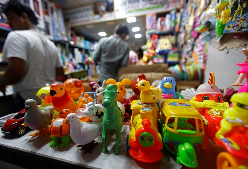 印度一個頗具影響力的民族主義組織與印度貿易商機構,今(14)日呼籲大眾抵制中國貨品,以報復北京暗挺巴基斯坦武裝分子。圖為印度加爾各答商店販售的中國製玩具。(路透)