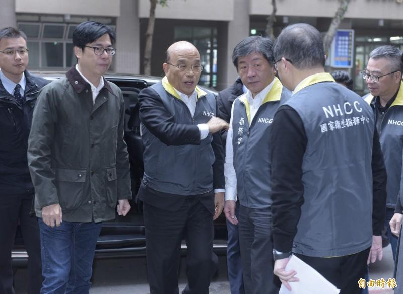 行政院長蘇貞昌到現在中央流行疫情指揮中心,視察慰勉防疫人員。(記者王藝菘攝)