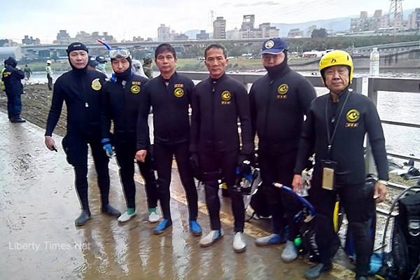 鐘陸基(右一)雖然年事已大,但救援行動總是衝第一,非常熱心。(圖:蘭陽潛水協會)