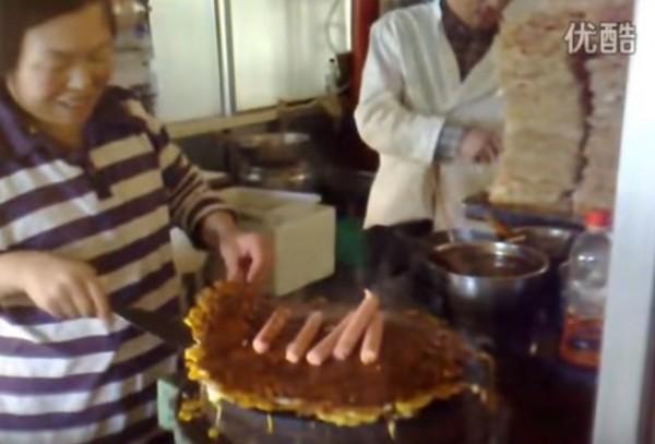 中國男子硬要在煎餅上加進30顆蛋,導致原本薄薄煎餅,變成超厚蛋餅派。(圖擷自YouTube)