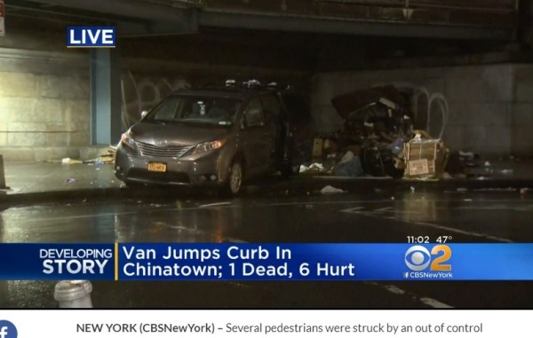 紐約曼哈頓的中國城當地時間26日晚上7時許,有輛廂型車疑似因駕駛誤踩油門,衝上人行道,釀1死6傷,其中多位為華人。(翻攝自《CBS New York》)