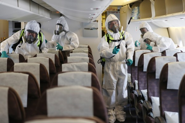 剛從伊拉克出差4個月後返國的南韓男子,在出現「中東呼吸症候群冠狀病毒感染症」(MERS-CoV)症狀後死亡,但其檢驗結果呈現陰性。圖為今年9月南韓時隔3年再度出現MERS病例時,防疫人員上飛機消毒。(歐新社)