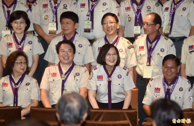 總統蔡英文今出席中華民國童軍總會第26屆理事長暨理監事就職典禮,與理監事合影。(記者簡榮豐攝)