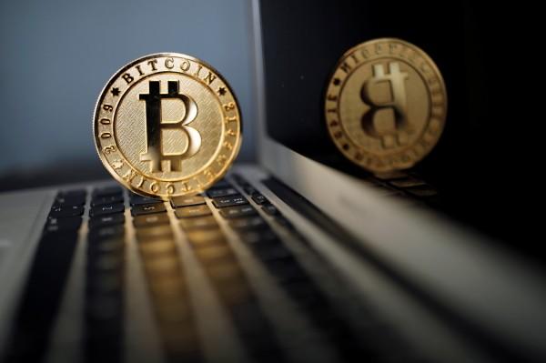 泓科科技公司去年7月遭駭客入侵,損失市價超過新台幣5000多萬元的2400枚比特幣,黃姓電腦工程師涉案被起訴。圖為比特幣。(路透資料照)