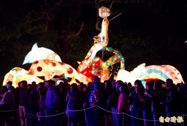 台北燈節晚間登場,光彩奪目的各式花燈吸引民眾到場觀看。(記者羅沛德攝)