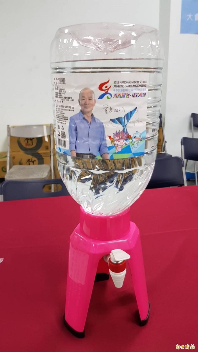 全中運選手飲用水瓶身上的韓國瑜照片引起議論,不少網友質疑是造神,資深媒體人馮光遠今(21)日也在網路上開酸。(資料照,記者黃旭磊攝)