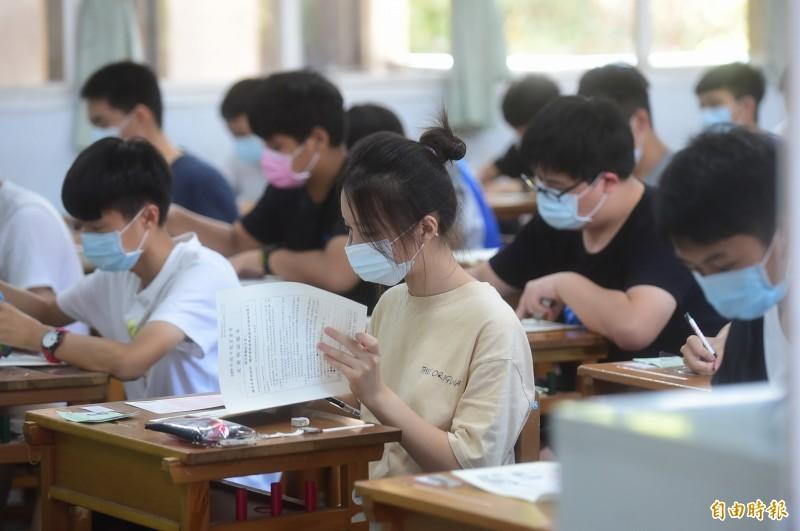國中會考登場,考生全程戴口罩上場應試。(記者廖耀東攝)