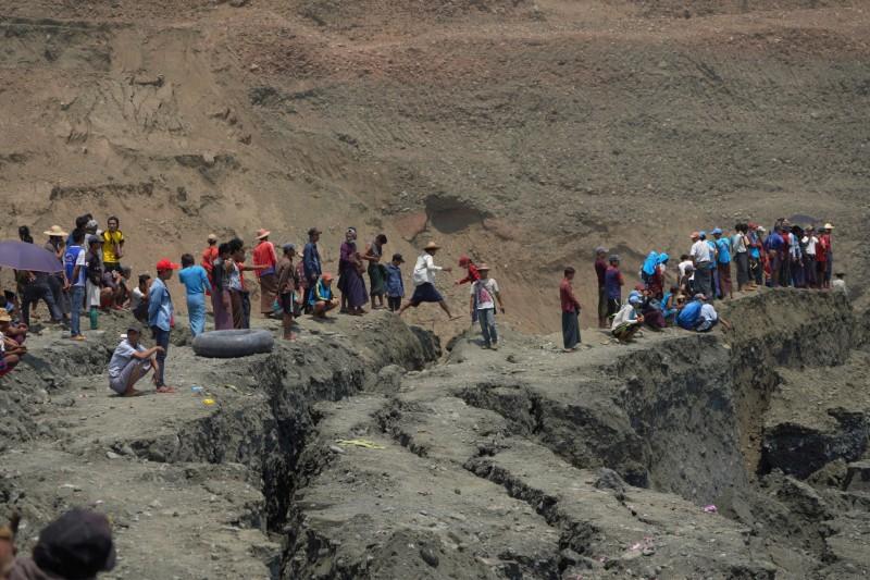 緬甸東北部的克欽邦(Kachin)昨(22)日晚間傳出玉石礦坑崩塌,據稱多達54人遭活埋。(路透)