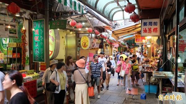 台灣是不少日本人的旅遊首選地之一,有日媒分析,日人喜愛台灣是因為在台灣旅遊時,感覺就像在家一樣。圖為新北市九份老街,深受日籍觀光客喜愛。(資料照,記者俞肇福攝)